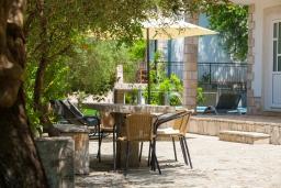 Обеденная зона. Черногория, Герцег-Нови : 2-х этажный дом с 2-мя просторными гостиными, с 3-мя отдельными спальнями, с 2-мя ванными комнатами, с бассейном, с большой террасой и балконом, с местом для барбекю, несколько парковочных мест, Wi-Fi