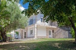 Фасад дома. Черногория, Герцег-Нови : 2-х этажный дом с 2-мя просторными гостиными, с 3-мя отдельными спальнями, с 2-мя ванными комнатами, с бассейном, с большой террасой и балконом, с местом для барбекю, несколько парковочных мест, Wi-Fi