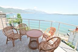 Вид на море. Черногория, Биела : Апартамент с отдельной спальней, с балконом с шикарным видом на море, 10 метров до пляжа