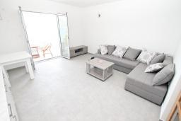 Гостиная. Черногория, Биела : Апартамент с отдельной спальней, с балконом с шикарным видом на море, 10 метров до пляжа