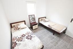 Спальня. Черногория, Биела : Апартамент с отдельной спальней, с балконом с шикарным видом на море, 10 метров до пляжа