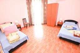 Спальня. Черногория, Шушань : Апартамент с огромной гостиной, с 3-мя отдельными спальнями, с 2-мя ванными комнатами, с 5-ю балконами с видом на море