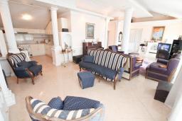 Гостиная. Черногория, Игало : Роскошный апартамент с большой гостиной, с отдельной спальней, с джакузи, с 2-мя балконами с шикарным видом на море