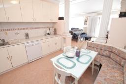 Кухня. Черногория, Игало : Роскошный апартамент с большой гостиной, с отдельной спальней, с джакузи, с 2-мя балконами с шикарным видом на море