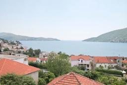 Вид на море. Черногория, Игало : Роскошный апартамент с большой гостиной, с отдельной спальней, с джакузи, с 2-мя балконами с шикарным видом на море