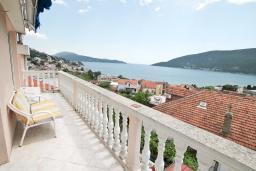 Балкон. Черногория, Игало : Роскошный апартамент с большой гостиной, с отдельной спальней, с джакузи, с 2-мя балконами с шикарным видом на море