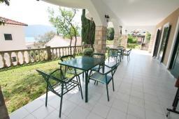 Терраса. Черногория, Герцег-Нови : Студия с большой террасой с видом на море, 50 метров до пляжа