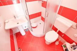 Ванная комната. Черногория, Герцег-Нови : Студия с большой террасой с видом на море, 50 метров до пляжа