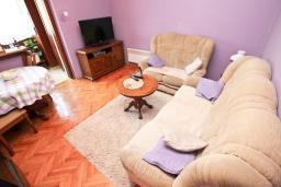 Гостиная. Продается квартира в Дженовичи. 90м2, гостиная с кухней, 3 спальни, большой балкон 13м2 с видом на море, 200 метров до пляжа. Цена - 206'000 Евро. в Дженовичи