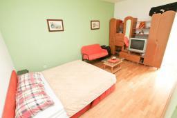 Спальня. Продается квартира в Дженовичи. 90м2, гостиная с кухней, 3 спальни, большой балкон 13м2 с видом на море, 200 метров до пляжа. Цена - 206'000 Евро. в Дженовичи