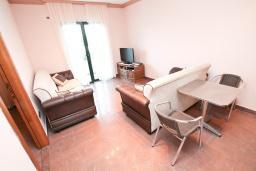 Гостиная. Черногория, Игало : Апартамент для 4 человек, с отдельной спальней, с террасой, 100 метров до пляжа