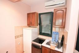 Кухня. Черногория, Игало : Апартамент для 4 человек, с отдельной спальней, с террасой, 100 метров до пляжа