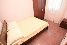 Спальня. Черногория, Игало : Апартамент для 4 человек, с отдельной спальней, с террасой, 100 метров до пляжа