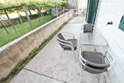 Терраса. Черногория, Игало : Апартамент для 4 человек, с отдельной спальней, с террасой, 100 метров до пляжа