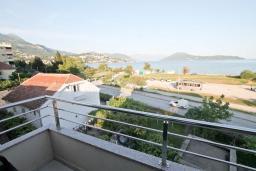 Вид на море. Черногория, Игало : Апартамент для 4-6 человек, с отдельной спальней, с 2-мя балконами с видом на море, 100 метров до пляжа