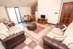 Гостиная. Черногория, Игало : Апартамент для 4-6 человек, с отдельной спальней, с 2-мя балконами с видом на море, 100 метров до пляжа