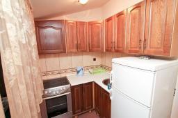 Кухня. Черногория, Игало : Апартамент для 4-6 человек, с отдельной спальней, с 2-мя балконами с видом на море, 100 метров до пляжа
