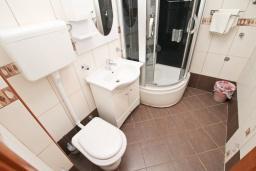 Ванная комната. Черногория, Игало : Апартамент для 4-6 человек, с отдельной спальней, с 2-мя балконами с видом на море, 100 метров до пляжа