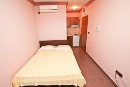Студия (гостиная+кухня). Черногория, Игало : Студия для 2 человек, с террасой, 100 метров до пляжа