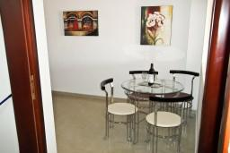 Кухня. Черногория, Петровац : Уютный апартамент с отдельной спальней и балконом с живописным видом на море