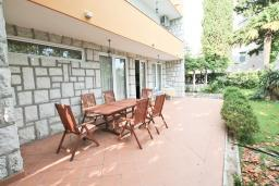 Территория. Черногория, Герцег-Нови : 3-х этажный дом с 2-мя большими гостиными, с 4-мя отдельными спальнями, с 4-мя ванными комнатами, с 2-мя балконами с видом на море, с большим двором, с местом для барбекю, возле пляжа