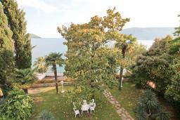 Вид. Черногория, Герцег-Нови : 3-х этажный дом с 2-мя большими гостиными, с 4-мя отдельными спальнями, с 4-мя ванными комнатами, с 2-мя балконами с видом на море, с большим двором, с местом для барбекю, возле пляжа
