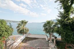 Вид на море. Черногория, Герцег-Нови : 3-х этажный дом с 2-мя большими гостиными, с 4-мя отдельными спальнями, с 4-мя ванными комнатами, с 2-мя балконами с видом на море, с большим двором, с местом для барбекю, возле пляжа