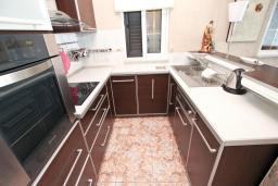 Кухня. Черногория, Святой Стефан : Апартамент с отдельной спальней, с балконом с видом на море