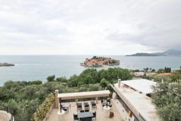 Вид на море. Черногория, Святой Стефан : Апартамент с отдельной спальней, с балконом с видом на море
