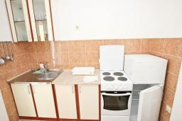 Кухня. Черногория, Булярица : Апартамент с отдельной спальней, с балконом