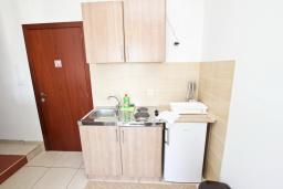 Кухня. Черногория, Булярица : Апартамент с 2-мя отдельными спальнями, с 2-мя балконами