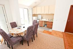 Гостиная. Черногория, Булярица : Апартамент с просторной гостиной, с отдельной спальней, с балконом с видом на море