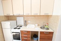 Кухня. Черногория, Булярица : Апартамент с просторной гостиной, с отдельной спальней, с балконом с видом на море