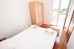 Спальня. Черногория, Булярица : Апартамент с просторной гостиной, с отдельной спальней, с балконом с видом на море