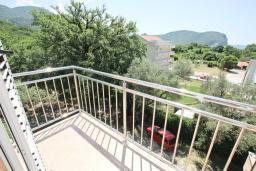 Балкон. Черногория, Булярица : Апартамент с просторной гостиной, с отдельной спальней, с балконом с видом на море