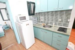 Кухня. Черногория, Булярица : Апартамент с 2-мя отдельными спальнями, с шикарным видом на море, возле пляжа