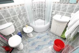 Ванная комната. Черногория, Булярица : Апартамент с 2-мя отдельными спальнями, с шикарным видом на море, возле пляжа