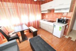 Гостиная. Черногория, Петровац : Апартамент с отдельной спальней в 250 метрах от моря