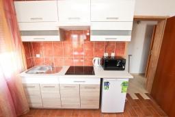 Кухня. Черногория, Петровац : Апартамент с отдельной спальней в 250 метрах от моря