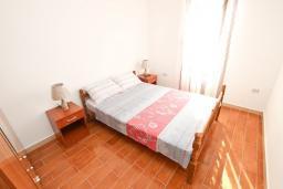 Спальня. Черногория, Петровац : Апартамент с отдельной спальней в 250 метрах от моря