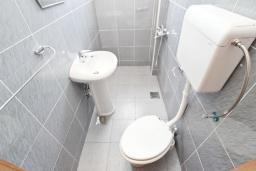 Ванная комната. Черногория, Петровац : Апартамент с отдельной спальней в 250 метрах от моря
