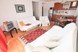 Гостиная. Черногория, Петровац : Апартамент с отдельной спальней, с 2-мя балконами с видом на море