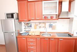Кухня. Черногория, Петровац : Апартамент с отдельной спальней, с 2-мя балконами с видом на море