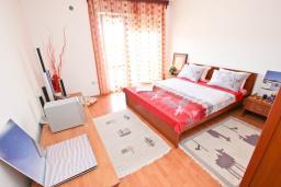 Спальня. Черногория, Петровац : Апартамент с отдельной спальней, с 2-мя балконами с видом на море