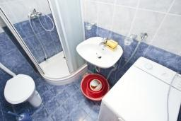 Ванная комната. Черногория, Петровац : Апартамент с отдельной спальней, с 2-мя балконами с видом на море