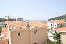 Вид на море. Черногория, Петровац : Апартамент с отдельной спальней, с 2-мя балконами с видом на море