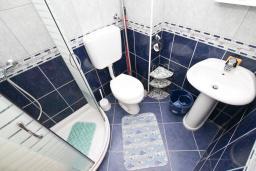 Ванная комната. Черногория, Зеленика : Студия для 4 человек, с балконом