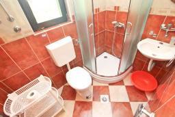 Ванная комната. Черногория, Будва : Студия в Будве с террасой в 800 метрах от моря