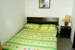 Спальня. Черногория, Петровац : Апартамент с большой террасой и видом на сад