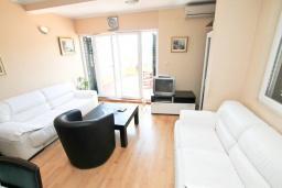 Гостиная. Черногория, Мельине : Апартамент с 2-мя спальнями, с большим балконом с видом на море, 80 метров до пляжа